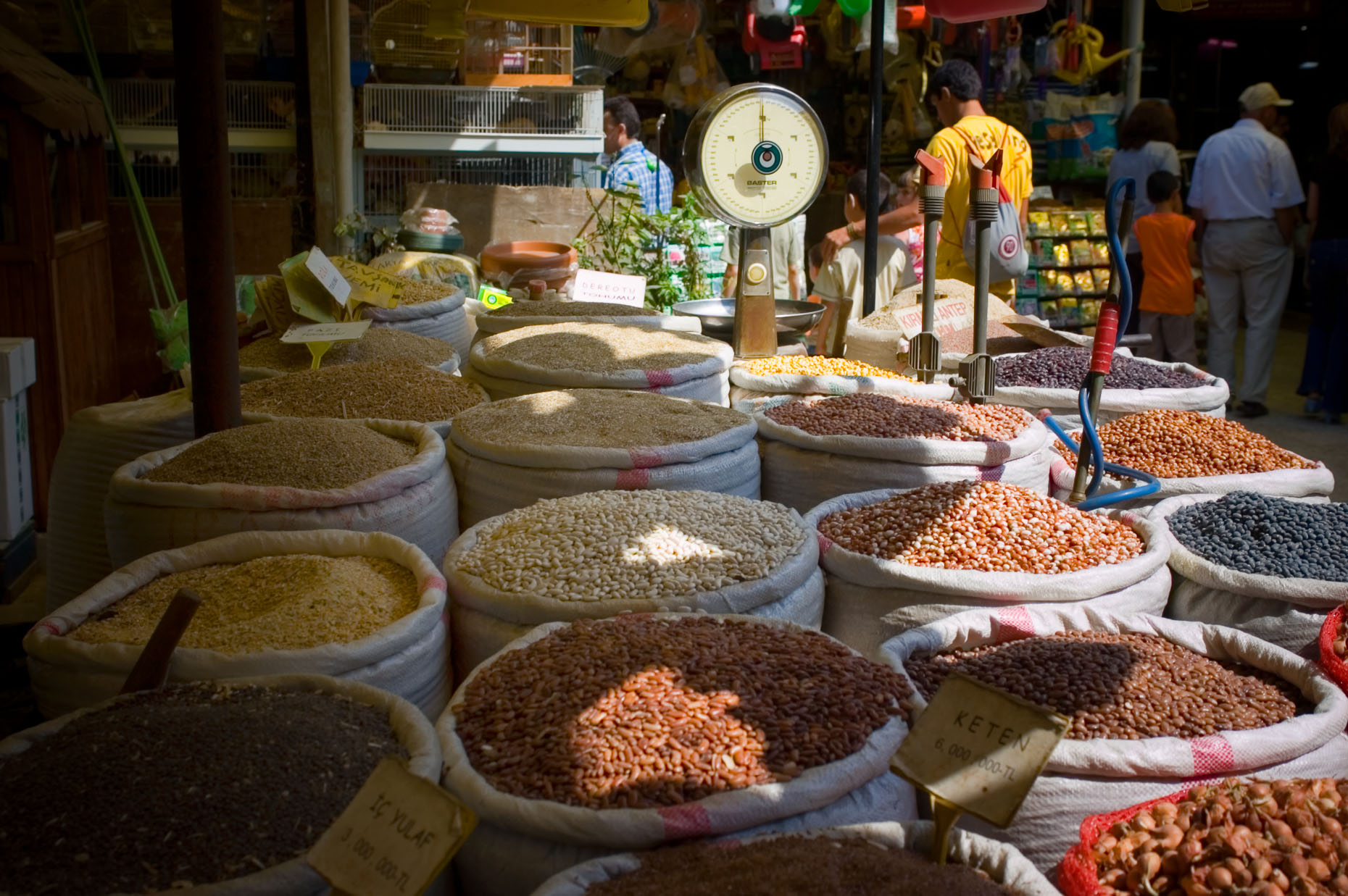 Image of spice baskets in Grand Bizarre in Istanbul Turkey.